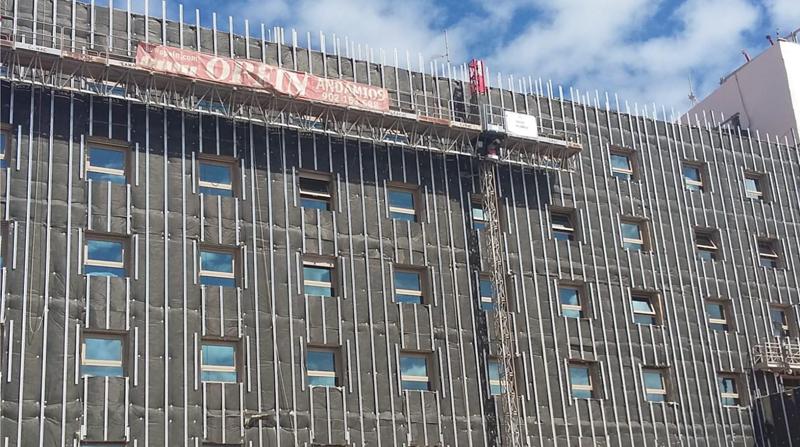 La fachada ventilada consiste en instalar unos paneles sobre el muro del edificio, creando así una cámara de aire entre ambos que aporta aislamiento térmico y acústico.