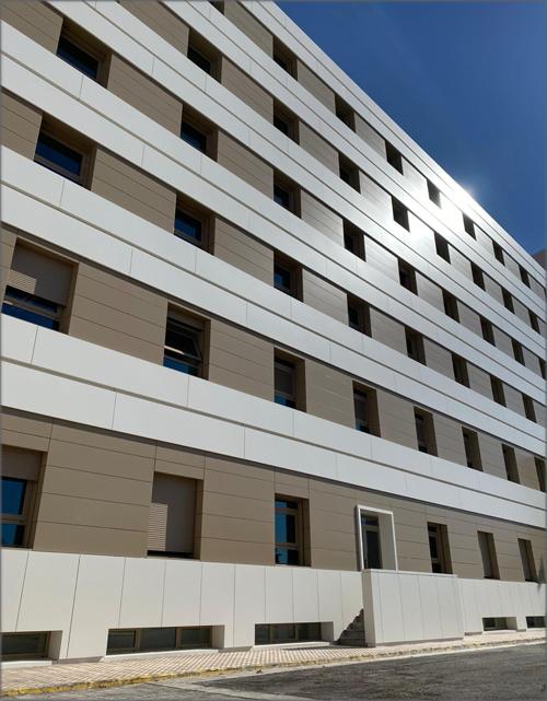 Fix Panels permite la flexibilidad de diseño, ya que al no ser una fijación mecánica se adapta a cualquier curvatura del edificio.