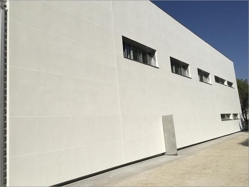 Imagen del resultado de la instalación de una fachada ventilada de la nave de CSV Sistemas en Valladolid.