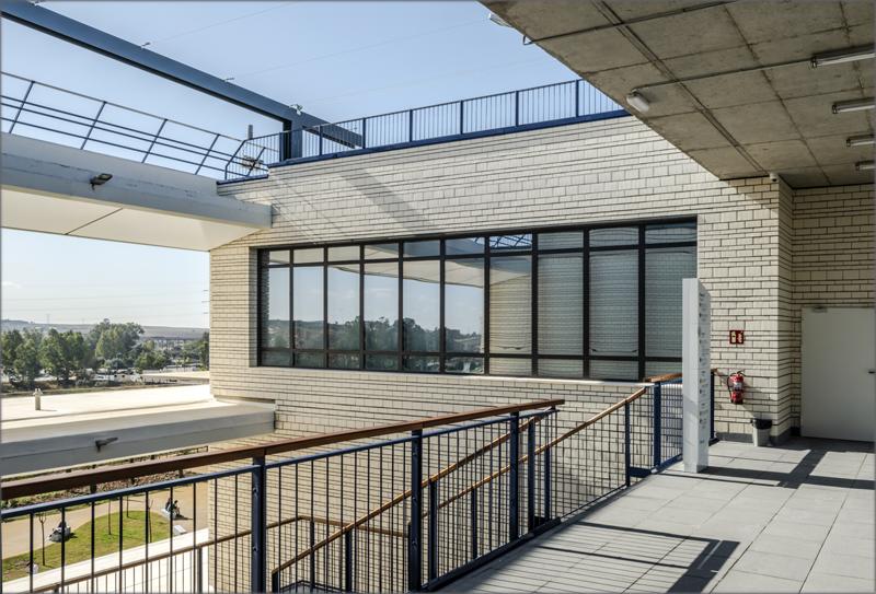 La orientación del edificio y el control del soleamiento forman parte de las medidas pasivas del edificio.