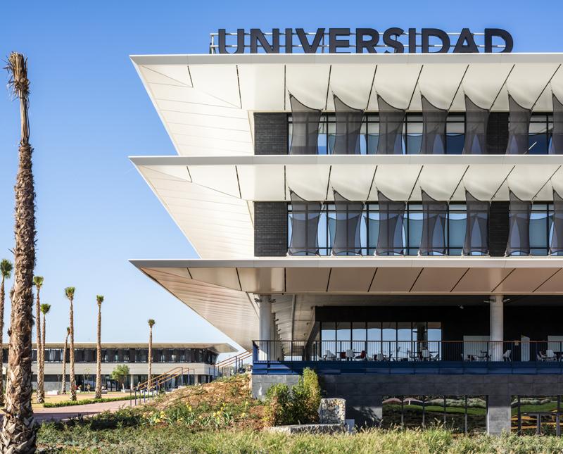 El aislamiento del edificio ofrece aislamiento térmico y acústico, impermeabilización al agua de lluvia y protección frente al fuego.
