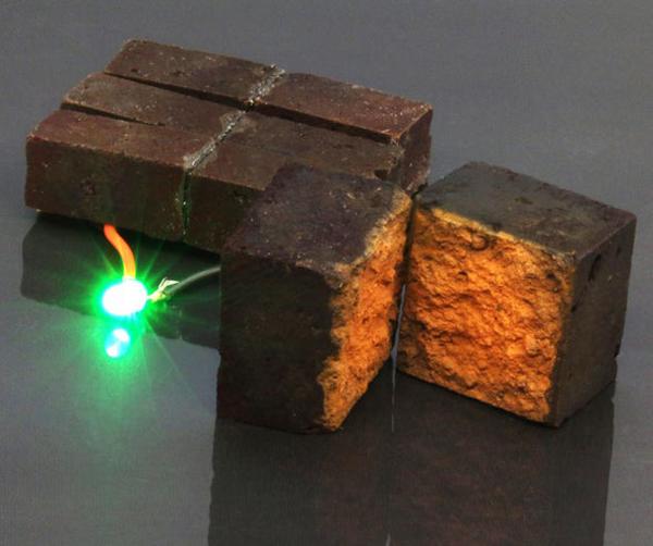 El almacenamiento energético del ladrillo consigue encender una luz LED verde.