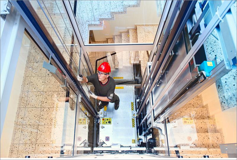 técnico arreglando ascensores schindler