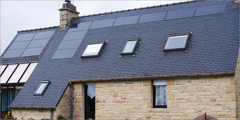 casa con paneles solares en cubierta