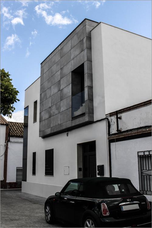 fachada exterior con vehículo en la puerta