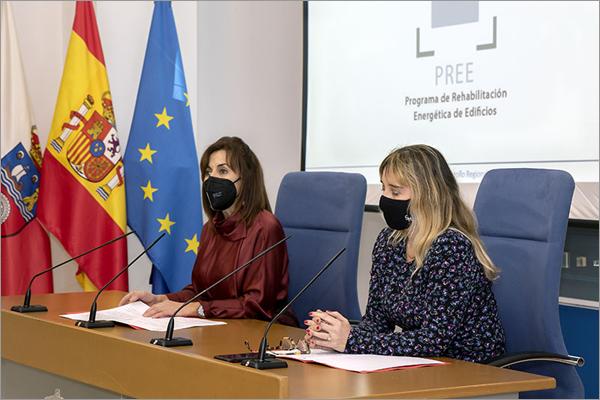 La consejera de Empleo y Políticas Sociales, Ana Belén Álvarez, y la directora general de Vivienda, Eugenia Gómez de Diego,
