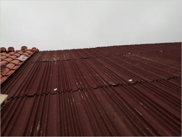 Impermeabilización del tejado con placas onduladas e impermeables Onduline Bajo Teja DRS.